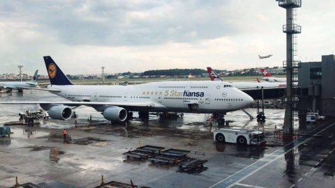 """Boeing 747-8 com a pintura """"5 Starhansa"""" pousa em Guarulhos"""