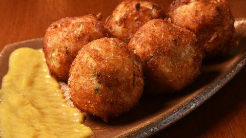 Pastéis, bolinho de bacalhau e ostras gratinadas são algumas das sugestões de petiscos do restaurante Japa 25 no Mercado Municipal