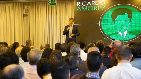 Economista Ricardo Amorim mostra que a hora de investir em imóveis é agora