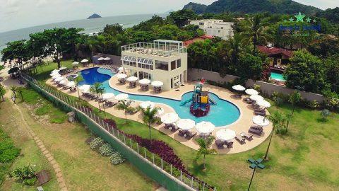 Hotel de frente para o mar, na praia de Cambury, tem pacotes de sexta a domingo a partir de R$ 1.890 em março