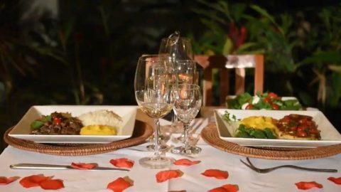 Pousada em Maresias tem três opções de jantar romântico com decoração do quarto e brinde especial para o casal