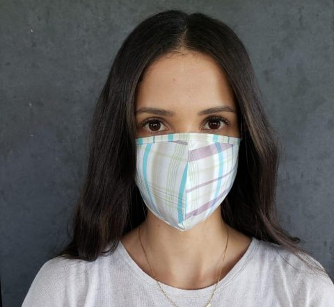Designer de moda ensina costureiras a produzirem máscaras de tecido para proteger contra o coronavírus; modelo tem aval do Ministério da Saúde